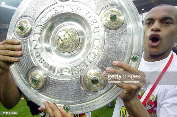 1 BUNDESLIGA 01/02 Dortmund BORUSSIA DORTMUND SV WERDER BREMEN 21 BORUSSIA DORTMUND DEUTSCHER FUSSBALLMEISTER 2002 EWERTHON mit der Meisterschale