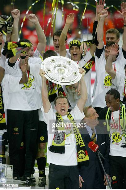 1 BUNDESLIGA 01/02 Dortmund BORUSSIA DORTMUND SV WERDER BREMEN 21 BORUSSIA DORTMUND DEUTSCHER FUSSBALLMEISTER 2002 SCHLUSS JUBEL Stefan REUTER mit...