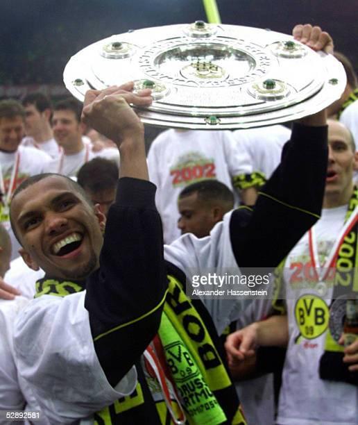 1 BUNDESLIGA 01/02 Dortmund BORUSSIA DORTMUND SV WERDER BREMEN 21 BORUSSIA DORTMUND DEUTSCHER FUSSBALLMEISTER 2002 JUBEL Marcio AMOROSO mit...