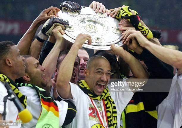 1 BUNDESLIGA 01/02 Dortmund BORUSSIA DORTMUND SV WERDER BREMEN 21 BORUSSIA DORTMUND DEUTSCHER FUSSBALLMEISTER 2002 DEDE/DORTMUND mit TEAM und...
