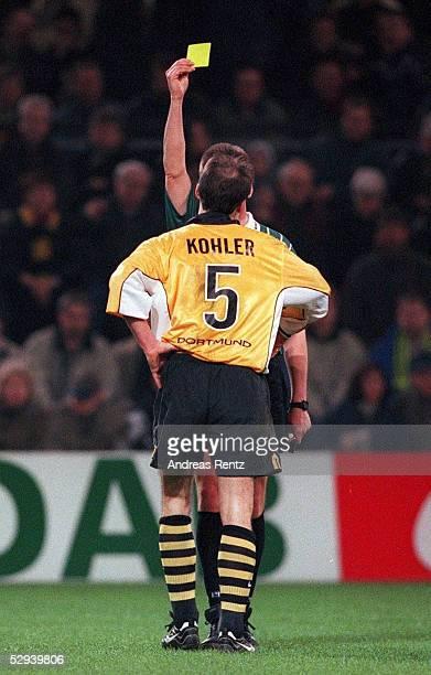 Dortmund BORUSSIA DORTMUND TSV BAYER 04 LEVERKUSEN 10 Juergen KOHLER/DORTMUND erhaelt wegen Meckerns von SCHIEDSRICHTER Hartmut STRAMPE die Gelbe...