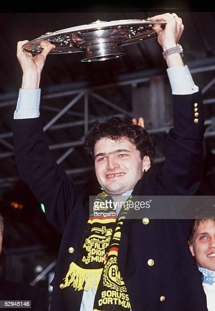 Dortmund DORTMUND DEUTSCHER FUSSMALLMEISTER 1995 Stephane CHAPUISAT mit Meisterschale