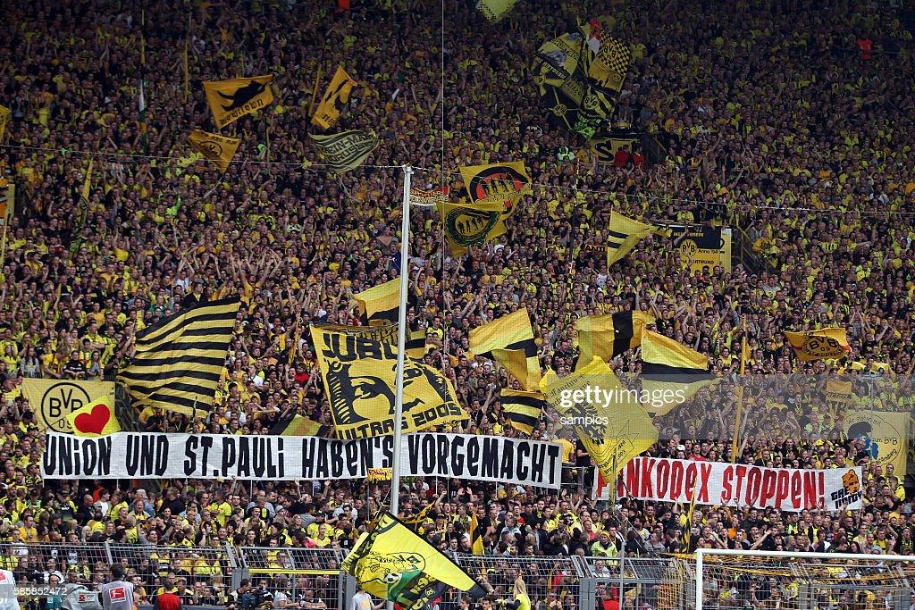 Dortmund Fankurve Mit Anti Schalke Spruchen Fussball 1
