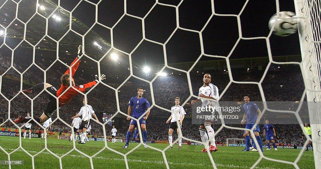 German goalkeeper Jens Lehmann (L) dives : News Photo