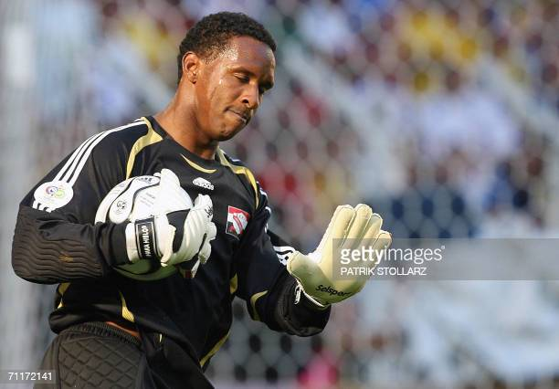 Trinidad and Tobago's goalkeeper Shaka Hislop gestures during the 2006 World Cup group B football game Trinidad and Tobago vs Sweden 10 June 2006 at...