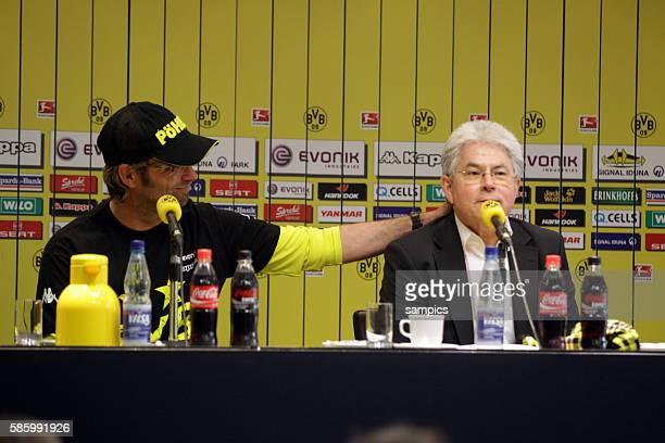 Dortmund Trainer Jürgen Klopp bedankt sich bei Josef Schneck Fussball 1 Bundesliga Borussia Dortmund SC Freiburg 552012 Signal Iduna Park