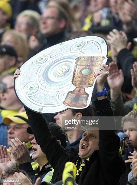 Dortmunder Fans mit Meisterschale mit DFB Pokal double Borussia Dortmund feiert die deutsche Fussballmeisterschaft durch den Sieg gegen...