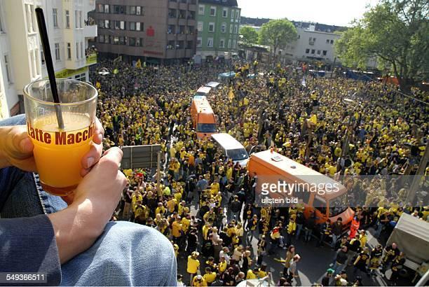 Dortmunder Fußballfans feiern mit einem Autokorso die Deutsche Meisterschaft und den Pokalsieg ihrer Mannschaft Borussia Dortmund auf dem Borsigplatz...