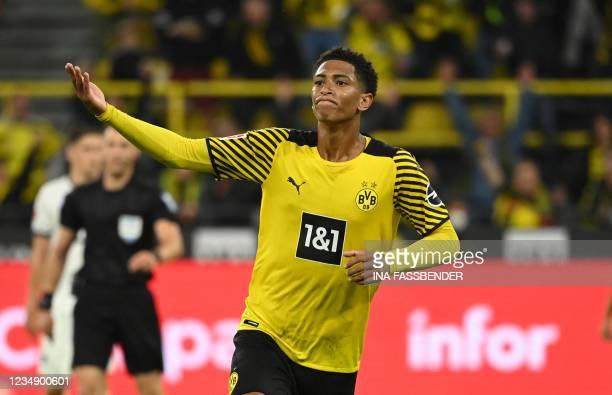 Dortmund's English midfielder Jude Bellingham celebrates scoring the 2-1 goal with his team-mates during the German first division Bundesliga...