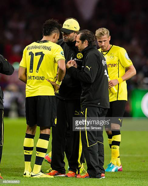 BERLIN GERMANY MAY Dortmund's head coach Juergen Klopp gives PierreEmerick Aubameyang some advice after the normal time and before the extra time...