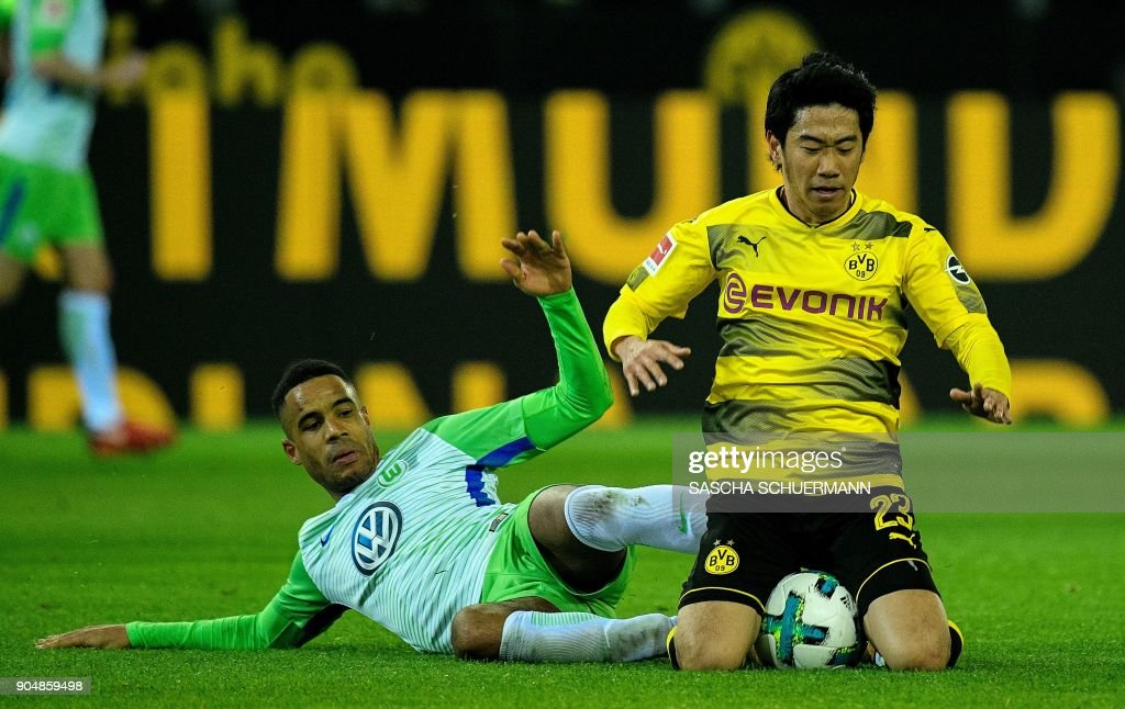 Dortmund's Japanese midfielder Shinji Kagawa (R) and Wolfsburg's German midfielder Daniel Didavi vie for the ball during the German first division Bundesliga football match BVB Borussia Dortmund vs VfL Wolfsburg, in Dortmund, western Germany, on January 14, 2018. /