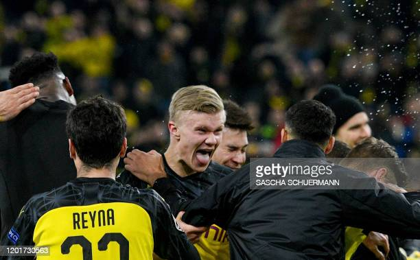 Dortmund's Norwegian forward Erling Braut Haaland celebrates with teammates after the UEFA Champions League Last 16 firstleg football match BVB...