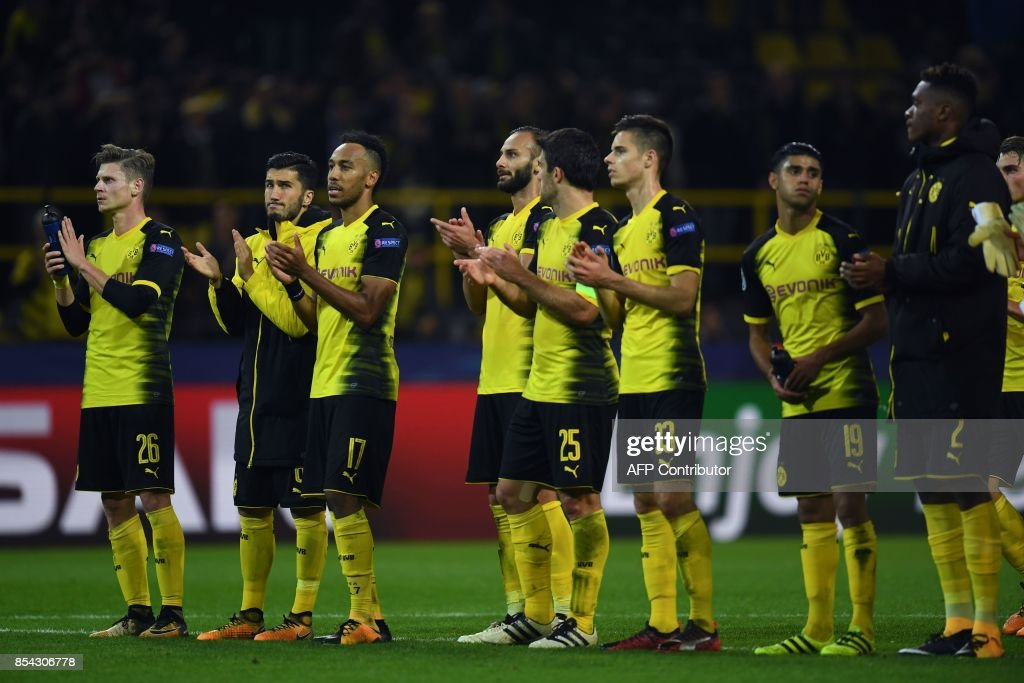 Dortmund's players applaud the fans after the UEFA Champions League Group H football match BVB Borussia Dortmund v Real Madrid in Dortmund, western Germany on September 26, 2017. / AFP PHOTO / Patrik STOLLARZ