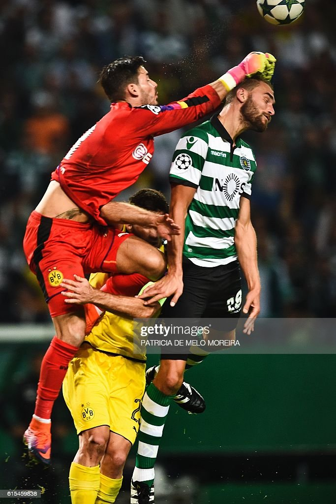 Dortmund's Swiss goalkeeper Roman Burki (L) vies with Sporting's Dutch forward Bas Dost (R) during the UEFA Champions League football match Sporting CP vs BVB Borussia Dortmund at the Jose Alvalade stadium in Lisbon on October 18, 2016. / AFP / PATRICIA