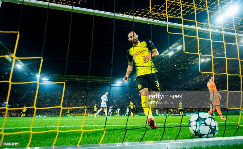 Dortmund´s Turkish defender Oemer Toprak picks the ball out of the net after Real Madrid's Welsh forward Gareth Bale scored the opening goal during the UEFA Champions League Group H football match BVB Borussia Dortmund v Real Madrid in Dortmund, western Germany on September 26, 2017. / AFP PHOTO / Odd ANDERSEN
