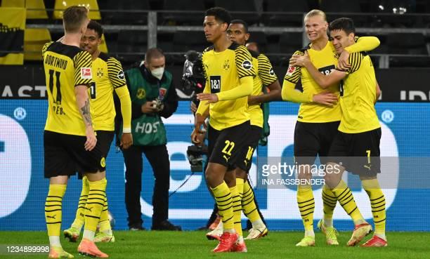 Dortmund's US midfielder Giovanni Reyna celebrates scoring the opening goal with his teammates including Dortmund's Norwegian forward Erling Braut...
