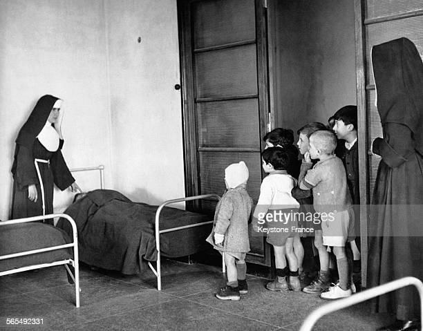 Dortoir pour les enfants tuberculeux à l'orphelinat géré par les Soeurs de l'ordre des Franciscains de l'Immaculée Conception à Londres RoyaumeUni