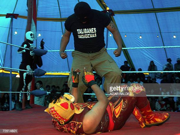Dos indigenas aymaras participan de una lucha libre el 12 de noviembre de 2006 en El Alto a 12 Km de La Paz Bolivia Un grupo de pobladores que se...