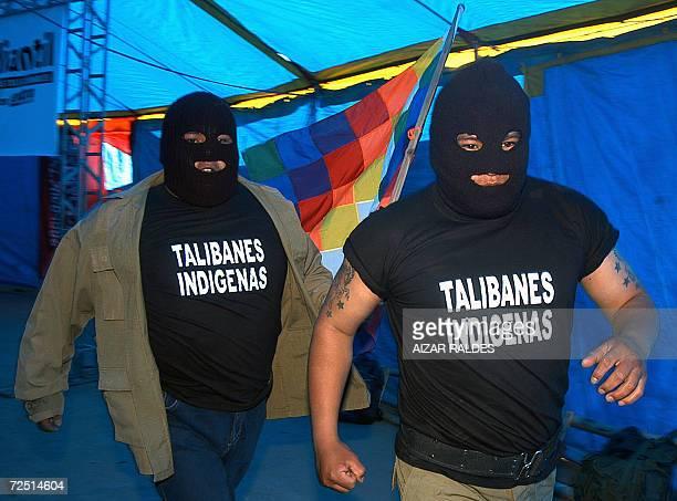 Dos indigenas aymaras se dirigen a participar de una lucha libre el 12 de noviembre de 2006 en El Alto a 12 Km de La Paz Bolivia Un grupo de...