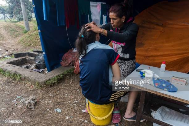 Dos mujeres en el campamento improvisado donde viven aproximadamente 390 Venezolanos hace unas semanas en las cercanias de la terminal de transportes...