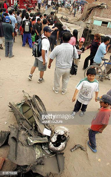 Dos ninos observan restos de un avion Sukhoi S22 de la Fuerza Aerea Peruana siniestrado el 17 de diciembre de 2004 en la comunidad marginal Julio...