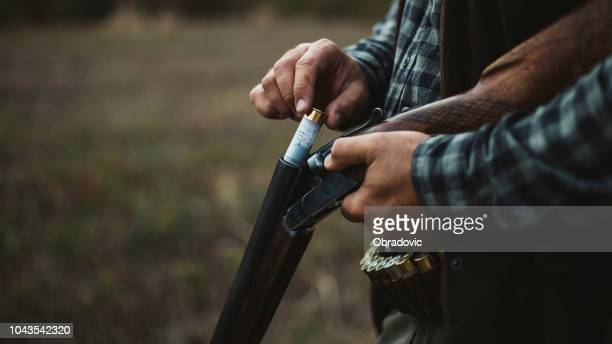 二重銃身ショットガン読み込み - チャージする ストックフォトと画像