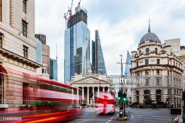 double decker buses, royal exchange, london, uk - city of london stockfoto's en -beelden