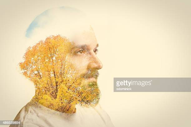 Double exposição homem com barba e árvores de outono