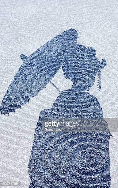 double exposure:geisha silhouette on sand garden. - karesansui photos et images de collection