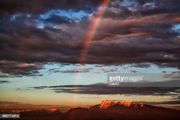 double arc en ciel coucher de soleil montagnes, canada - istock photos et images de collection