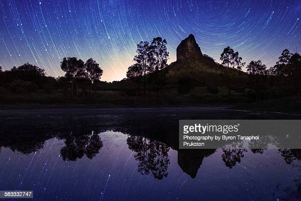 double startrails over mount coonowrin - glass house mountains stock pictures, royalty-free photos & images