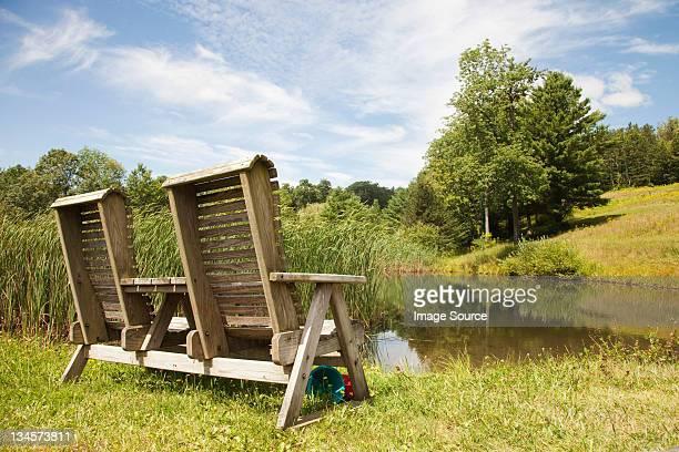Doble silla de madera, también por un lago