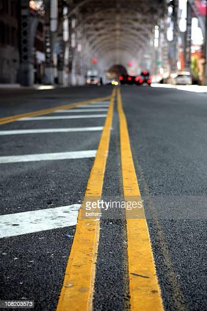 linea gialla sotto riverside raccordo autostradale di new york - tracciatura stradale foto e immagini stock