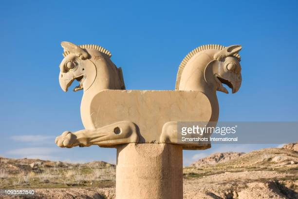 double-headed griffin capital (huma bird) in persepolis, iran, capital city of the achaemenid dynasty in persia, a unesco heritage site - iran persepolis stock-fotos und bilder