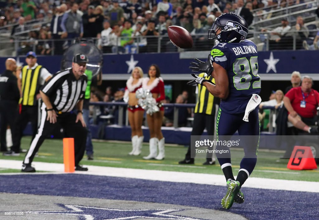 Doug Baldwin #89 of the Seattle Seahawks makes a touchdown reception in the fourth quarter against the Dallas Cowboys at AT&T Stadium on December 24, 2017 in Arlington, Texas.