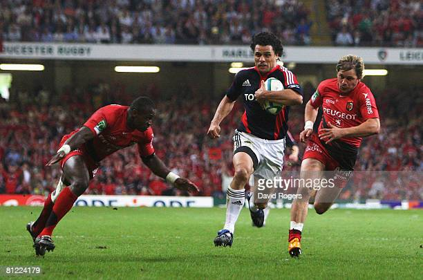 Doug Howlett of Munster attacks the line to score a disallowed try during the Heineken Cup Final between Munster and Toulouse at the Millennium...