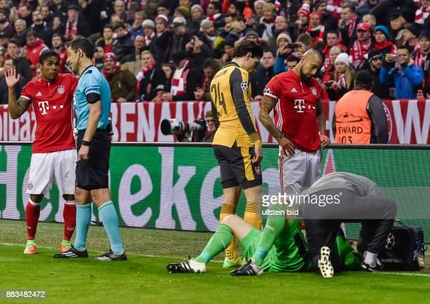 Douglas Costa beteuert gegen ueber dem Schiedsrichter Milorad Mazic seine Unschuld nach dem Foul an Torwart David Ospina waehrend dem Fussball UEFA...