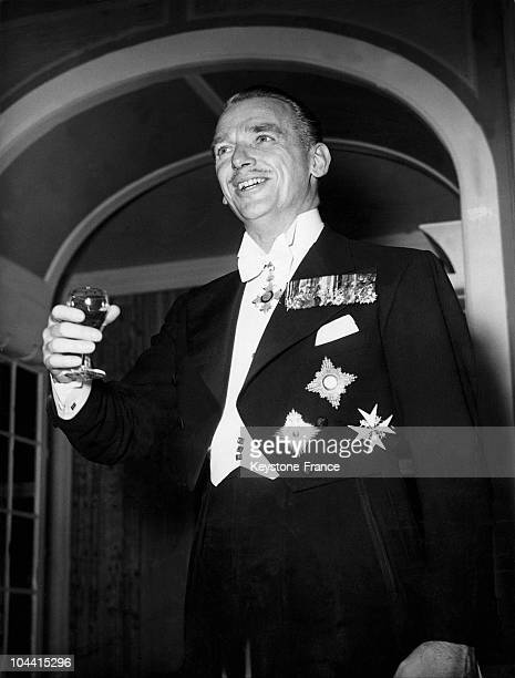 Douglas FAIRBANKS Junior wearing his decorations gives a toast to the U.S. Ambassador Lewis DOUGLAS at the Savoy hotel on November the 7th 1950.