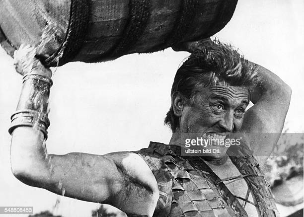 Douglas Kirk Actor USA * throwing a barrel at shootings for the movie 'The Vikings' Directed by Richard Fleischer USA 1958 Vintage property of...