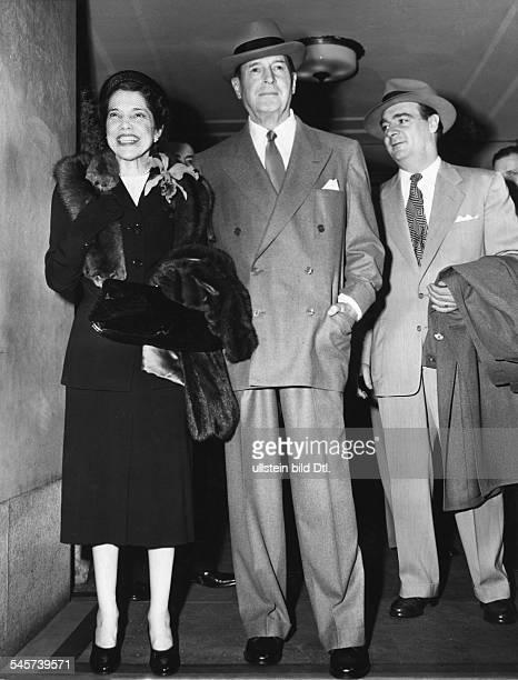 Douglas MacArthur26011880 General USAmit seiner Frau Jean in New York