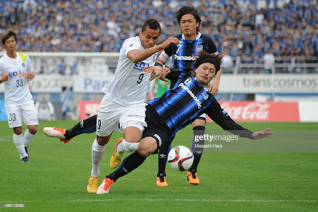Douglas Of Sanfrecce Hiroshima And Keisuke Iwashita Of Gamba Osaka News Photo Getty Images