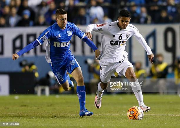 Douglas Santos of Atletico Mineiro fights for the ball with Gaston Diaz of Racing Club during a first leg match between Racing Club and Atletico...