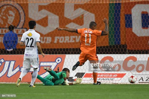 Douglas Tanque of Albirex Niigata scores the opening goal during the JLeague J1 match between Albirex Niigata and Kashima Antlers at Denka Big Swan...