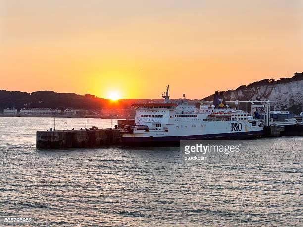fährhafen dover, england - meerkanal stock-fotos und bilder