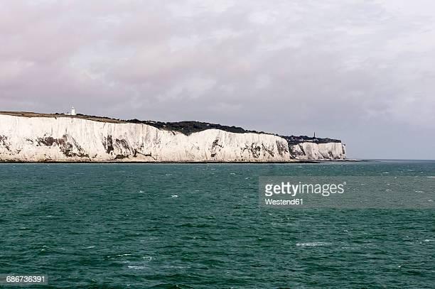 uk, dover, view from english channel to chalk cliffs - kalkstein stock-fotos und bilder