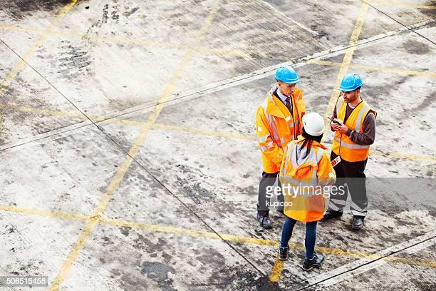 sur le chantier naval étage. - risques liés à une activité photos et images de collection