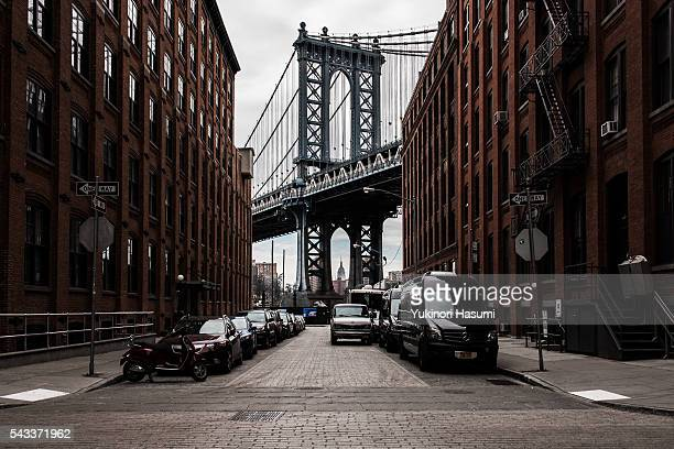 down under the manhattan bridge overpass - dumbo imagens e fotografias de stock