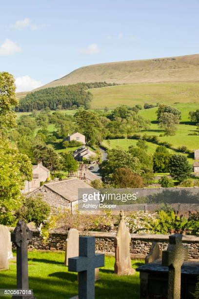 downham village near clitheroe in lancashire, nestling below pendle hill, famous for its witches. - enterrar imagens e fotografias de stock