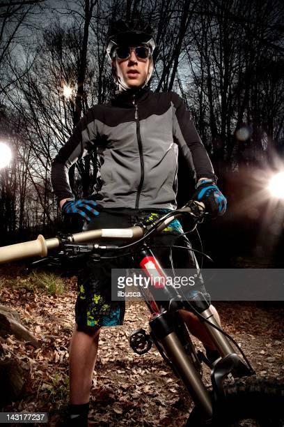 ダウンヒルマウンテンバイク enduro バイカーの木のポートレート。