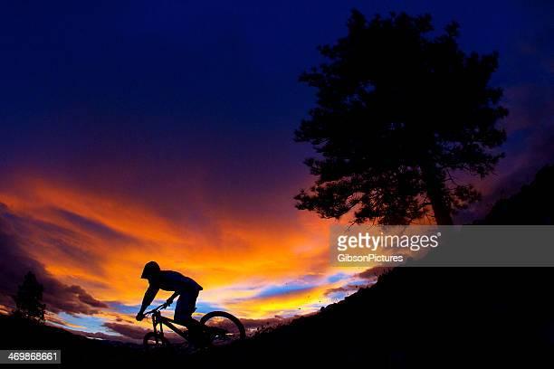 Cycliste descendant la montagne